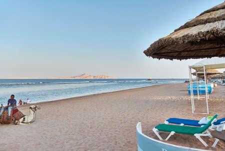 sharm el sheik: SHARM EL SHEIK, EGYPT - AUGUST 25, 2015: The beach is nearly empty at late afternoon