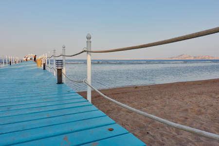 sharm el sheik: SHARM EL SHEIK, EGYPT - AUGUST 25, 2015: Tourists walk along the blue hotel peer