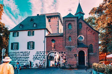 Zons, Niemcy - 25 września: Turyści przechodzą średniowieczny Rheintor - Publikacyjne