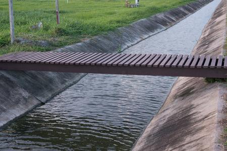 cours d eau: La fa�on petit pont de straigth manifeste de cours d'eau