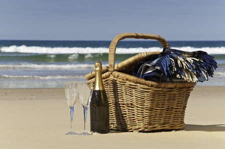 picnic blanket: Champagne, vasos, cesta de picnic y una manta, perfecto para una tarde en la playa