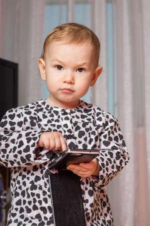 niño empujando: Niña con un teléfono móvil