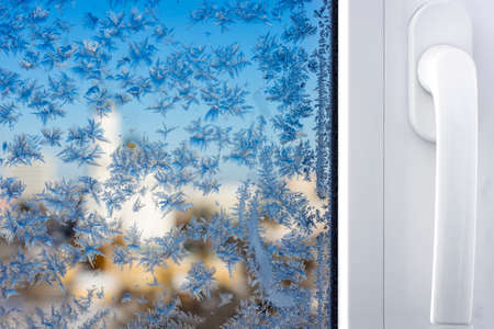 Winter patterns on window glass Standard-Bild