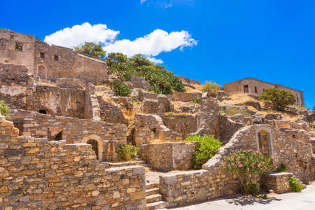 lepra: Ruinas de la antigua fortaleza-la �ltima colonia activa la lepra en la isla de Spinalonga, Creta, Grecia Foto de archivo