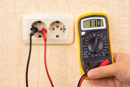 metering: Metering socket voltage with digital multimeter