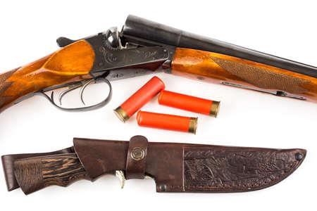 scheide: Eröffnet Jagdgewehr mit Patronen und Messer in Fall isoliert auf weiß Lizenzfreie Bilder