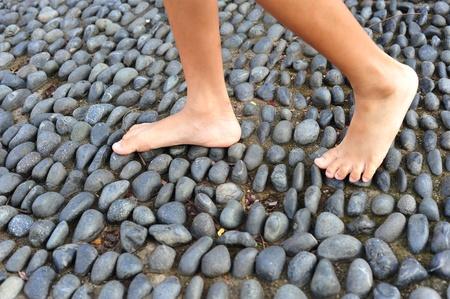 cobble: Camminando su un marciapiede di Cobble Stone, gamba riflessologia
