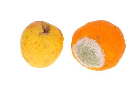 Frutas podridas. Manzana y naranja Foto de archivo - 9057672