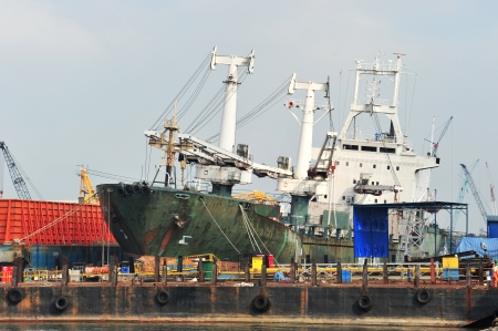 chantier naval: Sur un chantier de r�paration de navires, navires industrie de la construction
