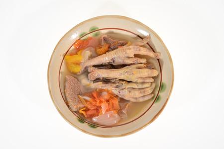 Un tazón de sopa de pollo Pies