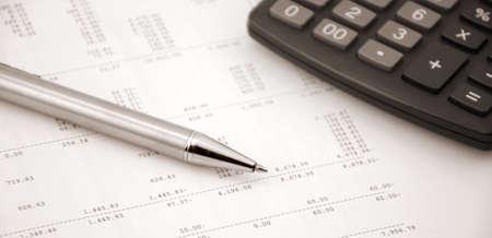 Buchhaltungskonzept Stift und Taschenrechner auf einem Hintergrund der Berechnung