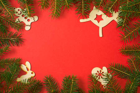 Christmas frame red background. Natural fir tree border with christmas toys and copy space for holiday design. Template for New year Banco de Imagens