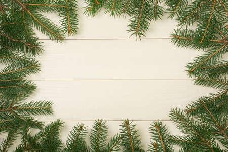 Rami della struttura dell'albero di Natale su fondo di legno con lo spazio della copia. Vista dall'alto del modello orizzontale per il design