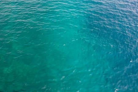 Blaues Meerwasser verschwommener Wellenhintergrund. Ägäis, Türkei