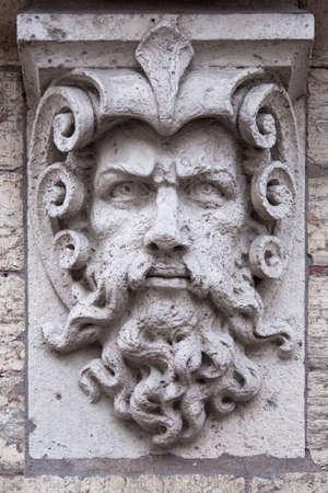 escultura romana: Cara de un hombre con barba, escultura de piedra