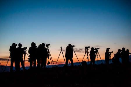 Un grupo de fotógrafos waitting para la salida del sol en las afueras