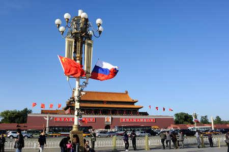 communistic: Plaza de Tiananmen, volando la bandera nacional de Rusia y China Editorial