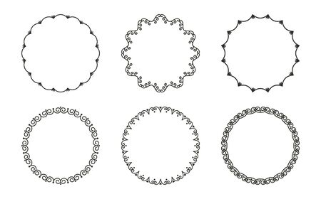 Ensemble vectoriel de cadres étroits ronds avec fioritures et boucles dans un style vintage isolé sur fond blanc. Ornement simple et élégant pour la décoration et la conception d'étiquettes, de couvertures, de cartes d'invitation, de texte, de livres