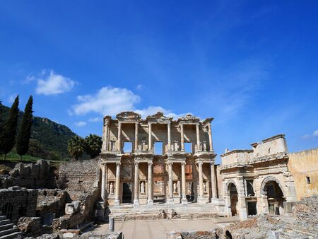 escultura romana: Ruins of the ancient Celsus Library in Ephesus, Turkey