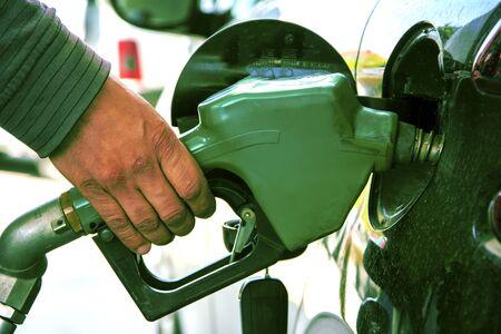 Hand holding gasoline pomp Stockfoto