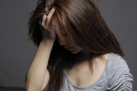 좌절 된 얼굴에 우울한 여자가 닫습니다. 스톡 콘텐츠