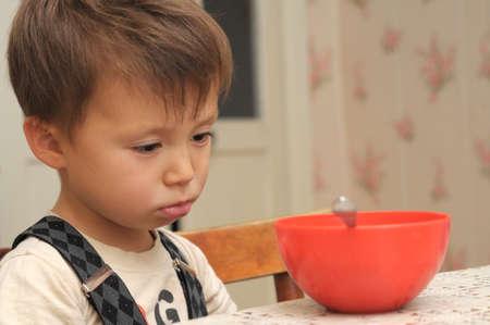 그의 저녁 식사를 거부하는 4 살짜리 소년