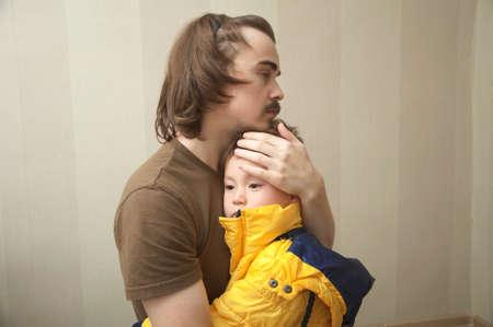 슬픈 아버지와 함께 껴안고 슬픈 아들