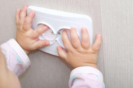 caja fuerte: la seguridad el�ctrica de la toma de corriente alterna para los beb�s