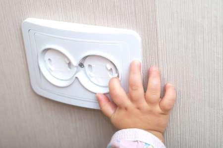 아기를위한 AC 전원 콘센트의 전기 신뢰성 스톡 콘텐츠