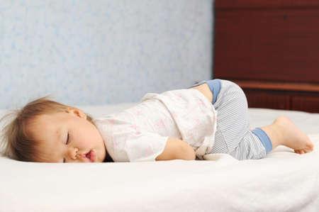 niño durmiendo: Bebé durmiente lindo con la riñonera hasta Foto de archivo