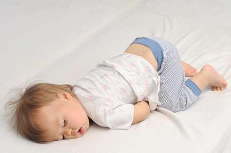 자기 귀여운 아기 자고 아래로