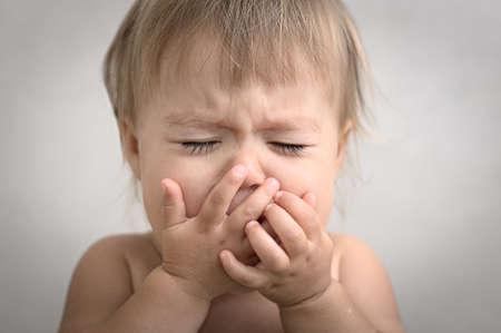 bebes niñas: dramáticamente con la formación de crema llorando retrato bebé muy emocional Foto de archivo