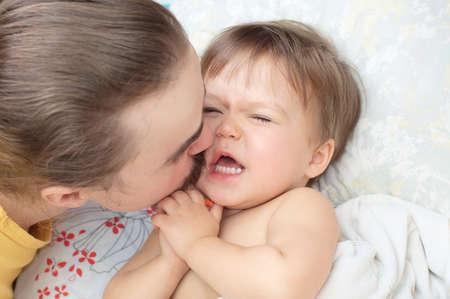 아빠가 작은 딸 키스하고 콧수염으로 그녀를 똑딱