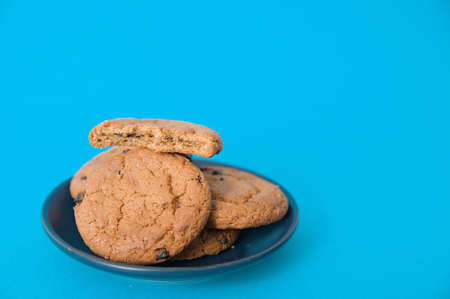 cookies on plate oatmeal cookie with pieces of chocolate 스톡 콘텐츠