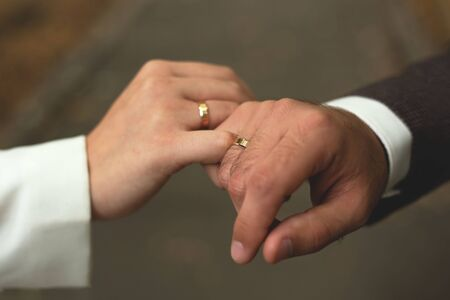 Hands of men and women with wedding rings Imagens - 142512164