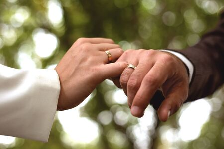 Hands of men and women with wedding rings Imagens - 142512165