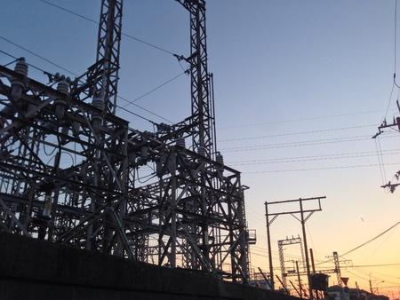 工場と夕日。