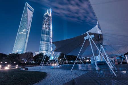 publicidad exterior: Vista nocturna de la Shanghai Lujiazui Foto de archivo