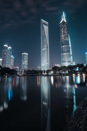 publicidad exterior: Night view of the Shanghai Lujiazui