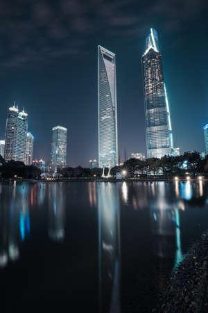 publicidad exterior: Vista nocturna de la Shanghai Lujiazui Editorial