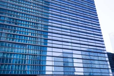 publicidad exterior: edificio de oficinas en el centro de la ciudad en un primer plano de fondo Foto de archivo