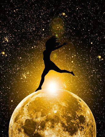 luz de luna: silueta de la mujer en la luna Foto de archivo