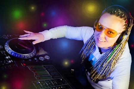 tocando musica: sonrisa de mujer de dj tocando m�sica por mikser