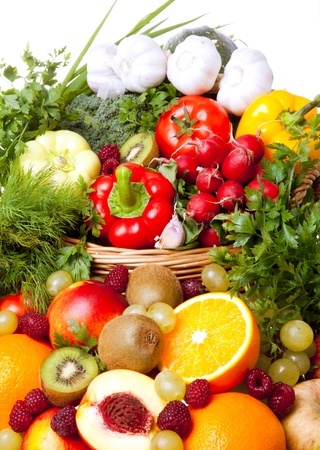 canastas con frutas: coloridas frutas y verduras en tabla Foto de archivo