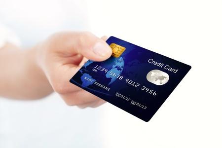 青のクローズ アップのクレジット カードの折り畳み手で