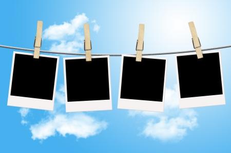 파란 하늘을 배경으로 빨랫줄에 매달려 빈 사진