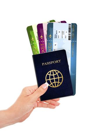 白で分離されたパスポートと航空チケットを持っている手