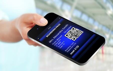 공항에서 모바일 보 딩 패스와 함께 휴대 전화를 들고 손을. 휴대 전화에 집중