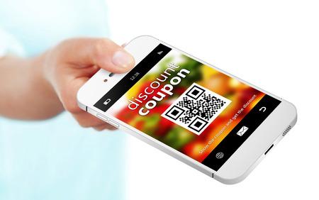 할인 쿠폰과 함께 휴대 전화를 들고 손을 흰색 배경 위에 절연 스톡 콘텐츠