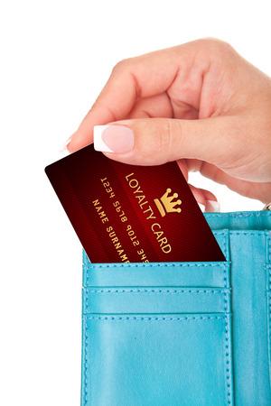 白い背景で隔離の財布の中の忠誠カードを持っている手